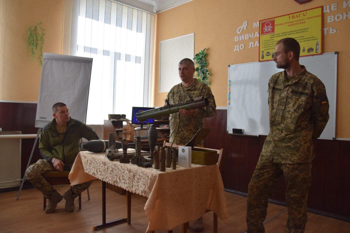 У прифронтовому Селідове військовослужбовці провели заняття з учнями гімназії з правил поводження з вибухонебезпечними предметами
