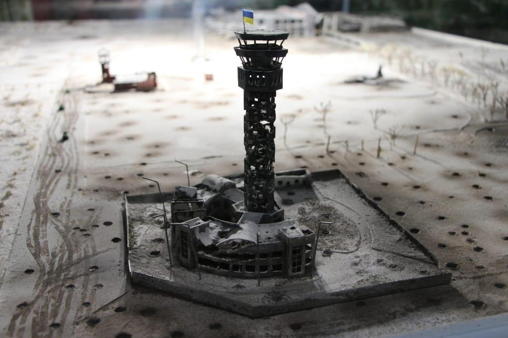 На фото: Найдетальніший макет боїв за ДАП зробили у Гайсинському музеї АТО