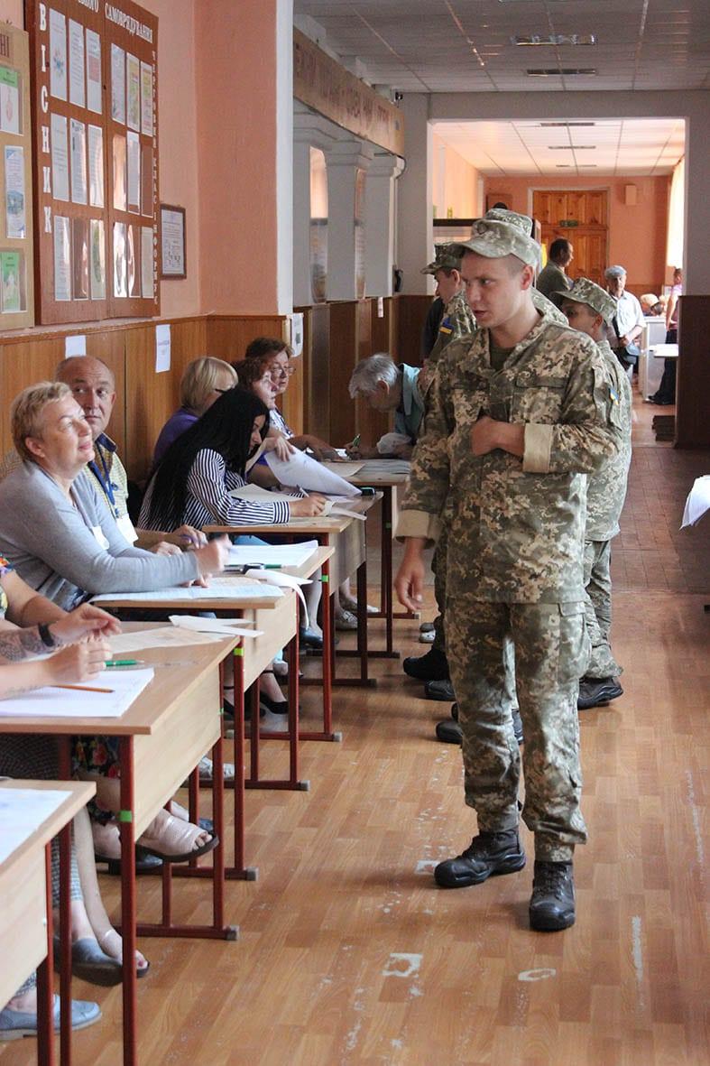 Військовослужбовці голосують на позачергових виборах до парламенту