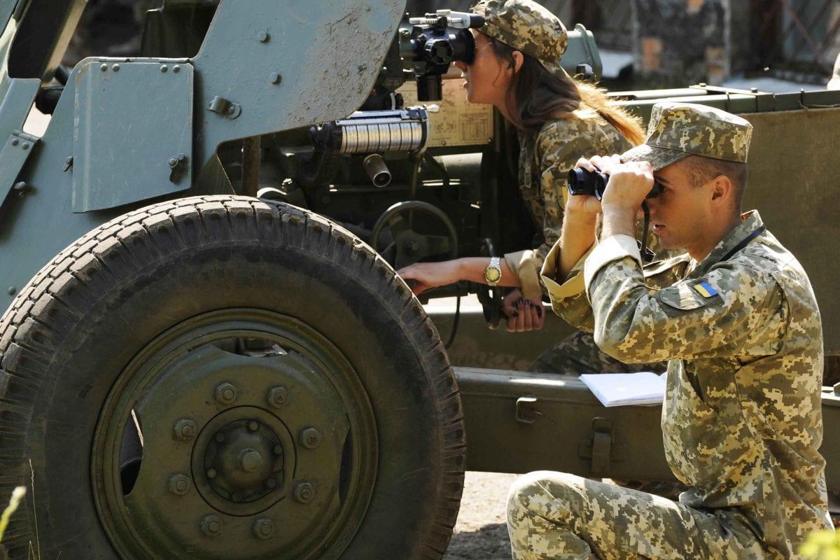 На фото: навчання артилерійським стрільбам прямою наводкою