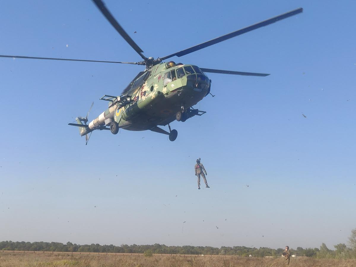 З елементами евакуації екіпажу Мі-8 ознайомили першокурсників ХНУПС