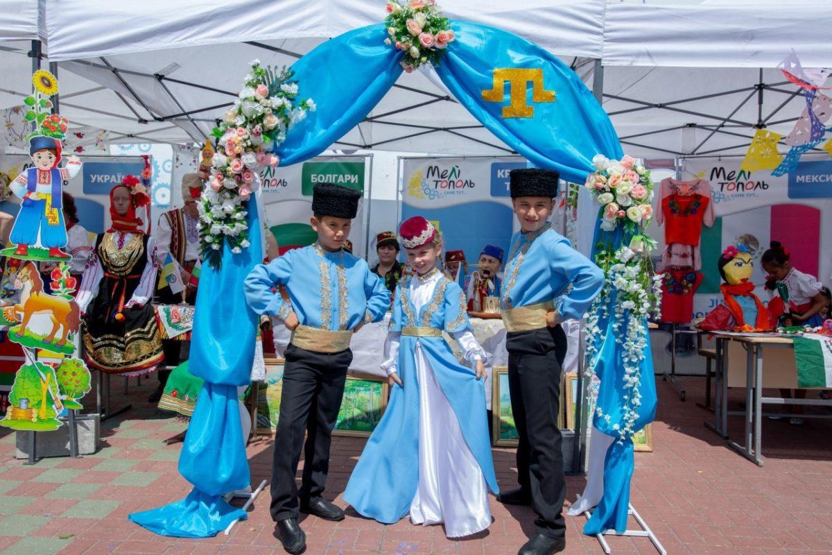 На фестивалі «З країни в Україну» приазовці сплели  маскувальну сітку для військових