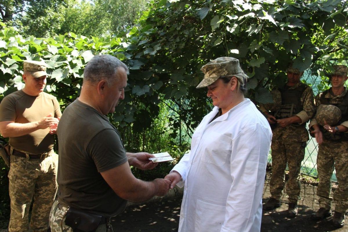 Як генерал нагороджував наших бійців у півсотні метрів від ворожих шанців