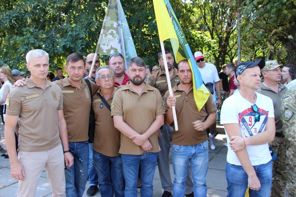 У День пам'яті захисників України одесити поклали квіти до заставного каменя на місці майбутнього меморіалу загиблим воїнам
