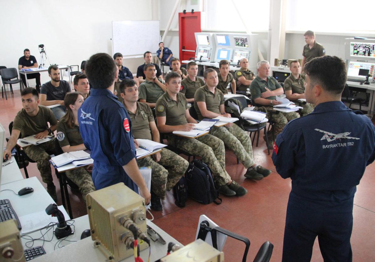 Українські військові навчаються експлуатувати безпілотники Bayraktar TB2 в Туреччині