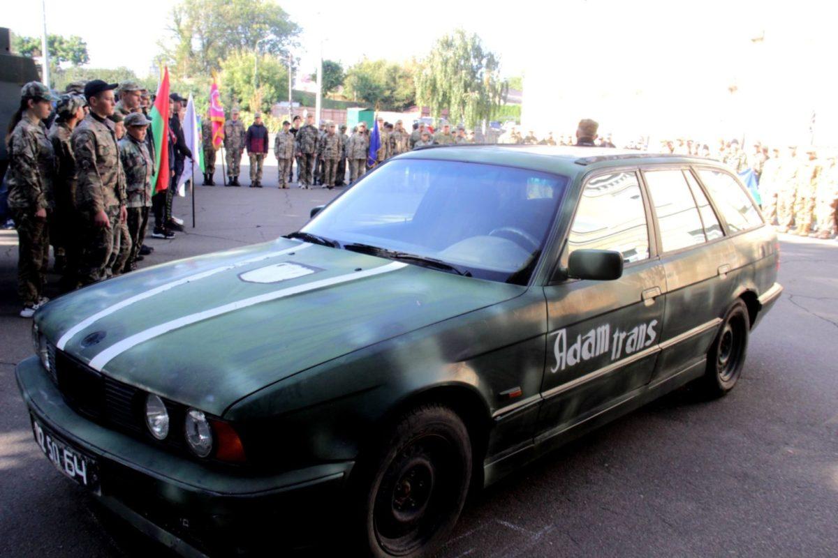BMW, на якому наші бійці воювали в Донецькому аеропорту, передали до музею