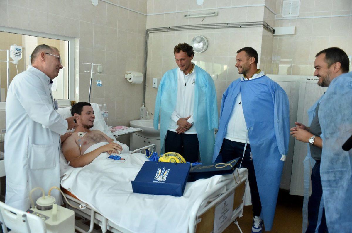 Футболісти та тренери національної збірної України відвідали поранених воїнів