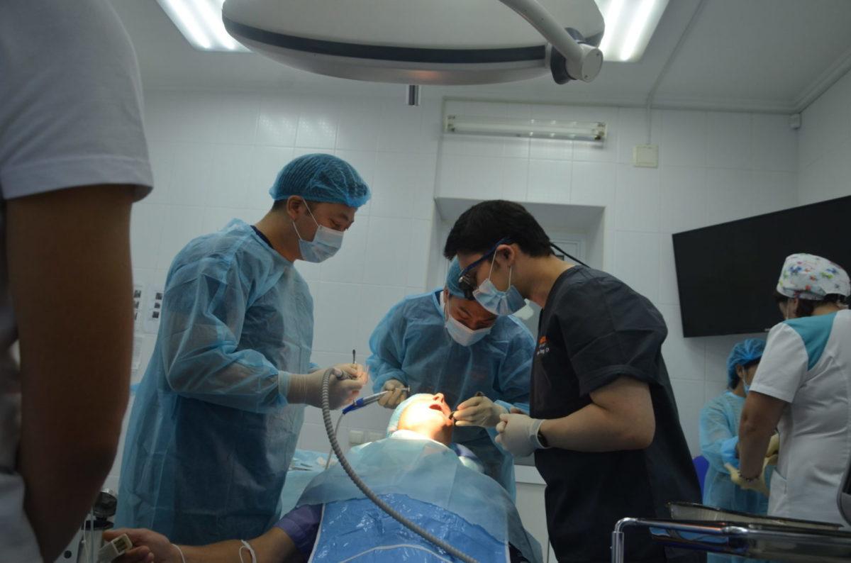 Понад 100 учасникам бойових дій іноземні стоматологи безкоштовно встановлять імплантати