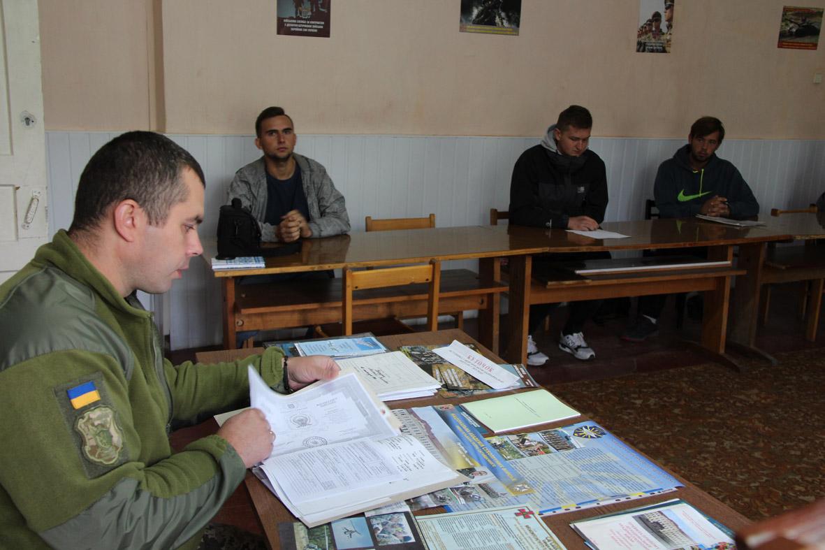 Військовий комісар: з горе-призовниками треба боротися, як і з неплатниками аліментів, – не випускати за кордон