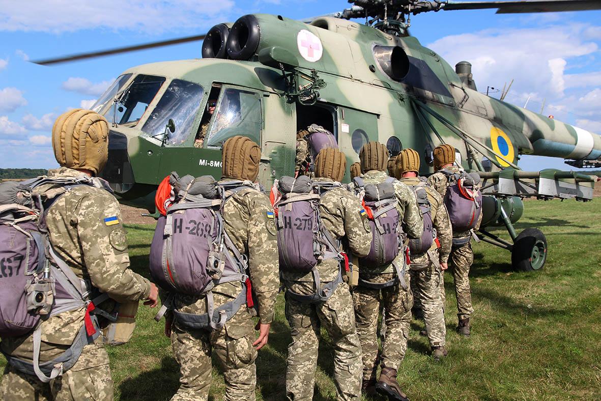 200 десантників щодня у небі над Львівщиною
