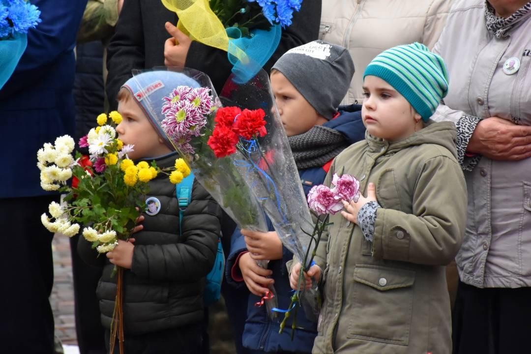 Квіти і шана полеглим на Донбасі чернігівським воїнам