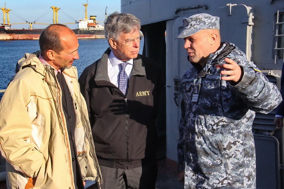 У порту Маріуполя дипломатів зі США ознайомили з безпековою ситуацією в Азовському морі