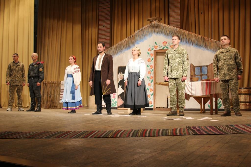 Сміх і сльози, оплески і захоплення глядачів та неперевершена талановита гра акторів-ветеранів: так пройшла вистава «Сто тисяч» у Вінниці