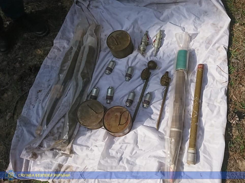 У різних регіонах України СБУ виявила схрони з військовими засобами ураження