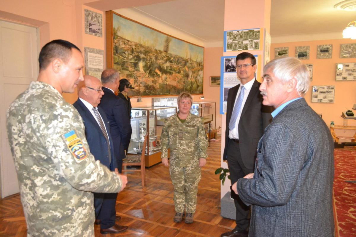 Освітній десант НАТО в гостях у харківських танкістів