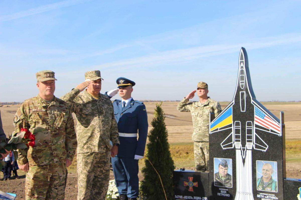 На Вінниччині відкрито пам'ятник загиблим в авіакатастрофі льотчикам