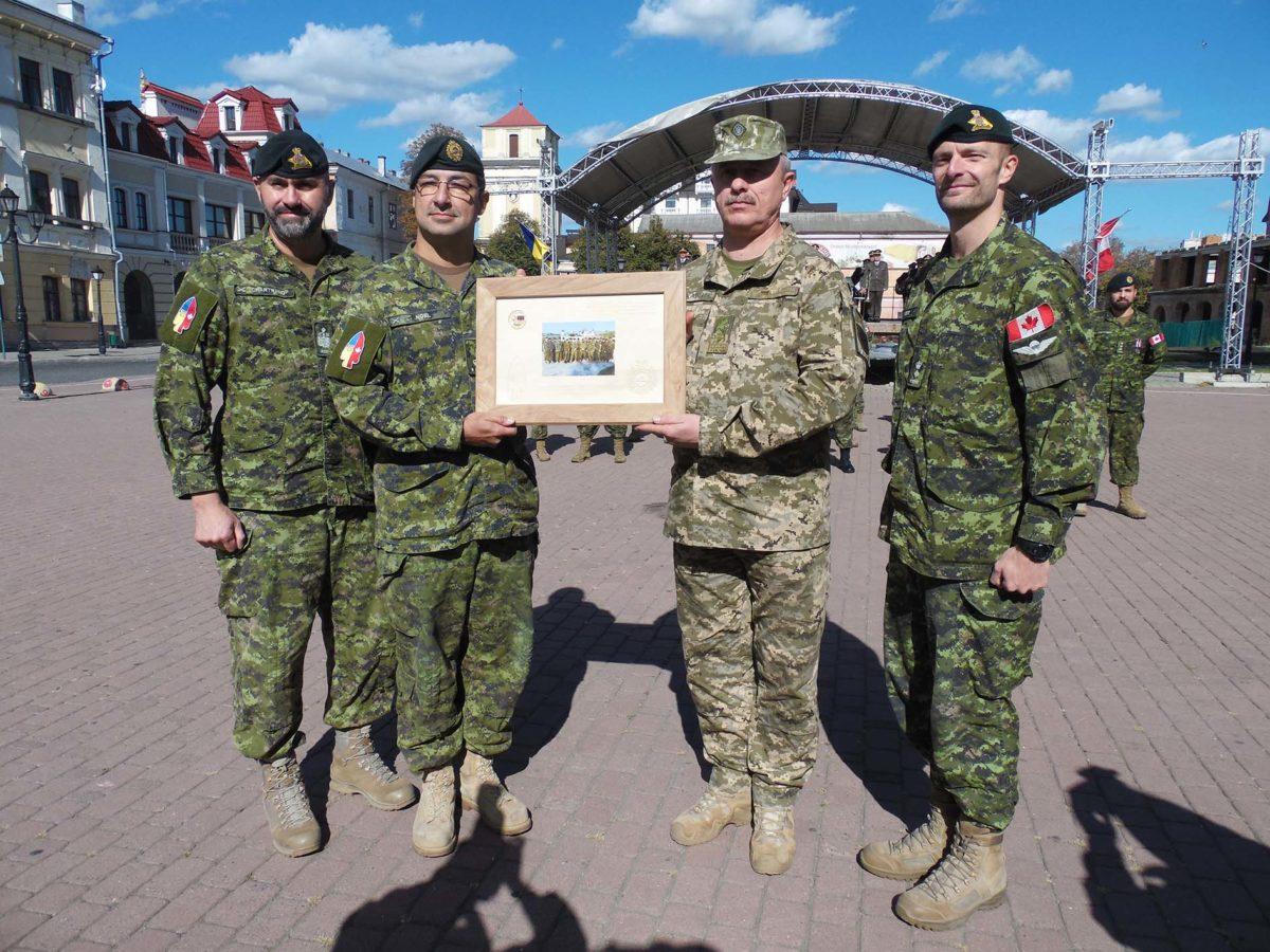 У Кам'янці-Подільському відбувся Парад медалей на честь військових інструкторів-саперів із Канади