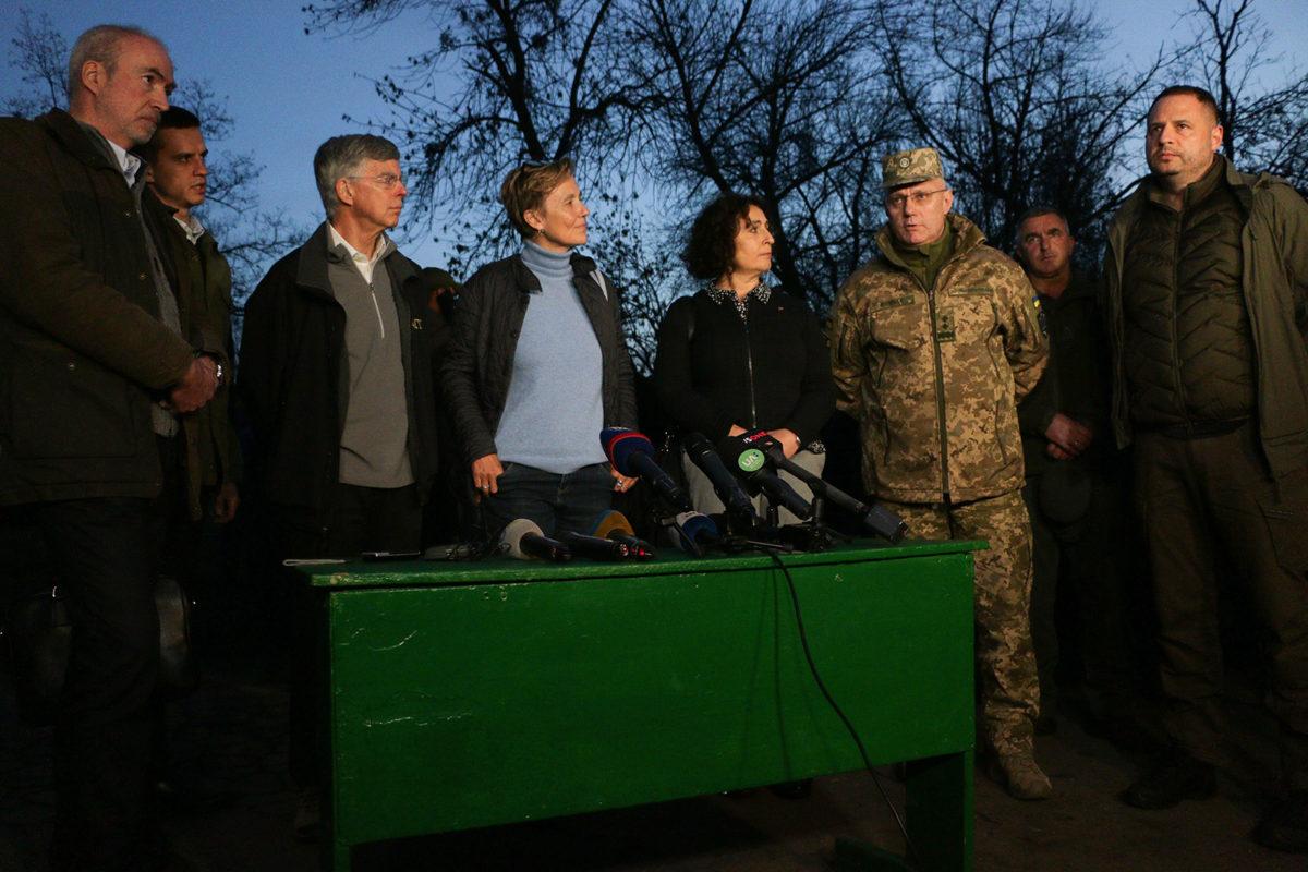 Закордонні посли у Золотому переконалися, що Україна виконує домовленості