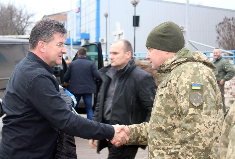 Голова ОБСЄ на Донбасі передав військовим сертифікат на отримання автомобілів швидкої допомоги