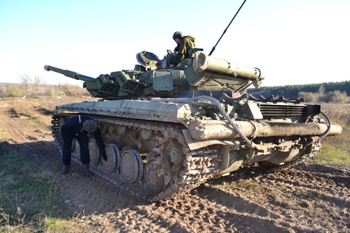 Курсанти-танкісти подолали природні та штучні перешкоди на танку Т-64Б