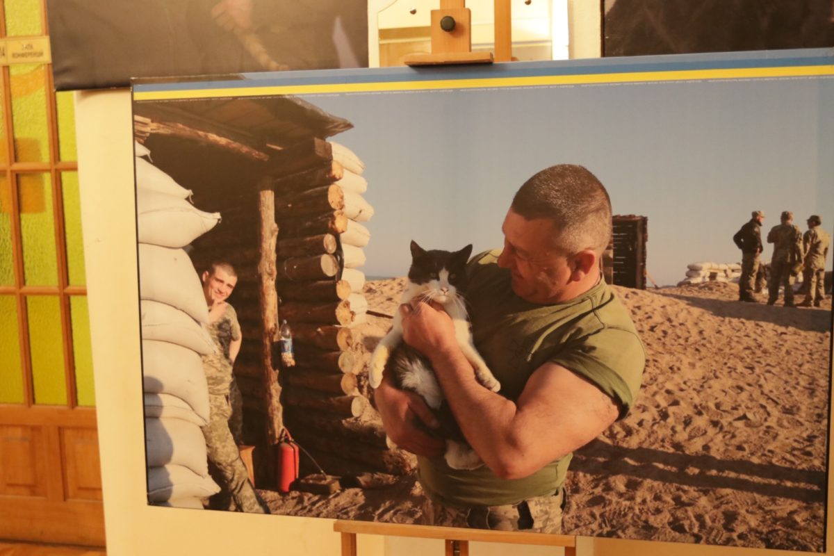 Військовий капелан презентував власну фотовиставку про бійців та їхніх тварин «Фронтові друзі»