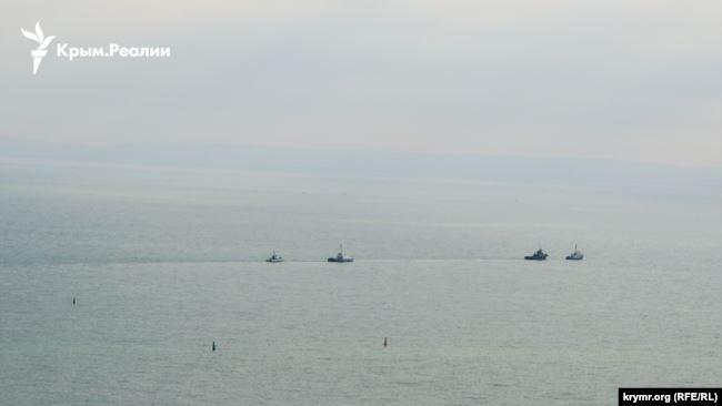 Три захоплені Росією українські кораблі виводять із Керчі