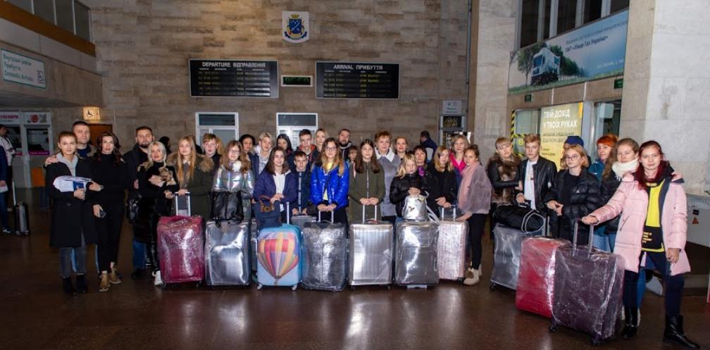 Діти переселенців та загиблих АТОвців із Дніпропетровщини поїхали на навчання до Литви