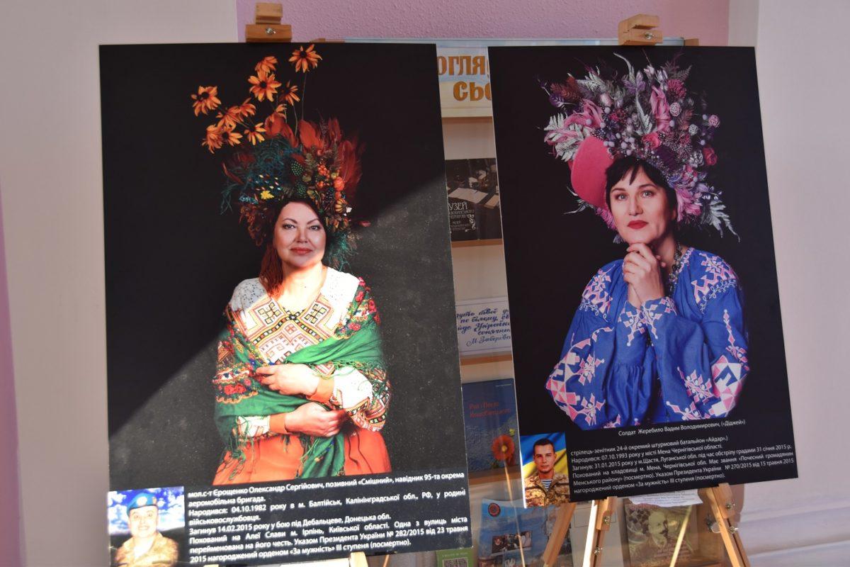 «Сильні духом. Мами» – в Чернігові діє виставка фотопортретів матерів загиблих героїв з усієї України