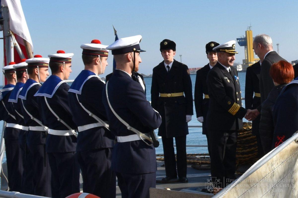 Емманюель Макрон особисто нагородив Командувача ВМС ЗС України національним орденом Французької Республіки