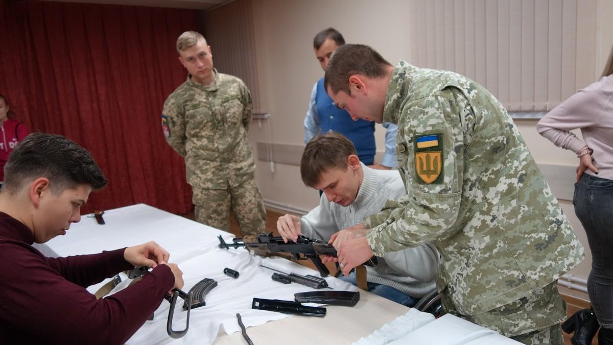 Подолати соціальні бар'єри молоді допомагають військові