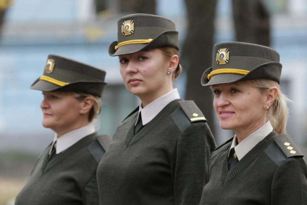 Капелюх на кшталт натовського, але з українським мотивом носитимуть пані офіцери
