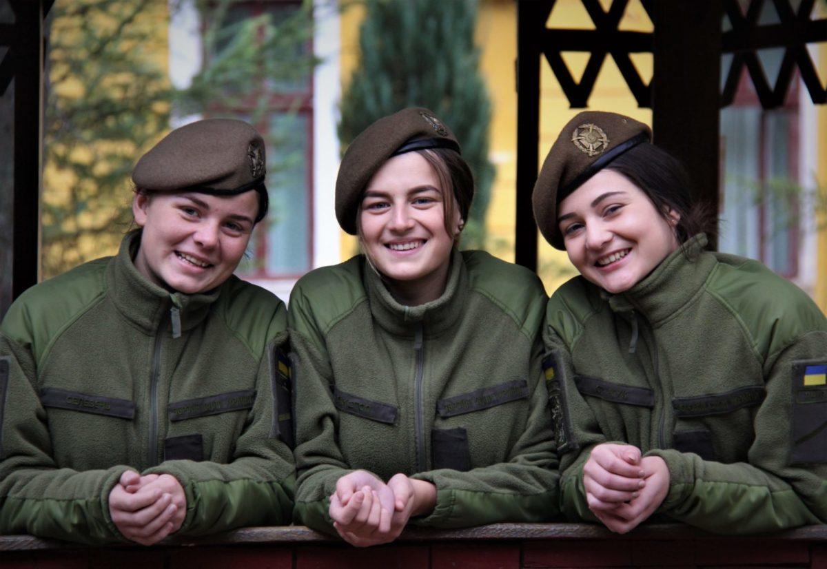 Армійський «піксель» затьмарив барвисту сукню