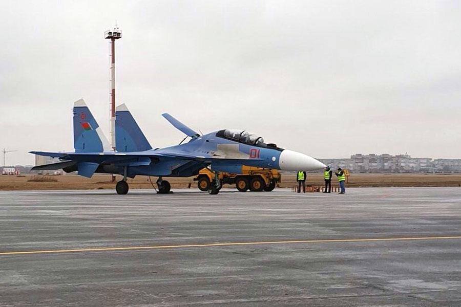 До Білорусі надійшла перша партія російських винищувачів Су-30