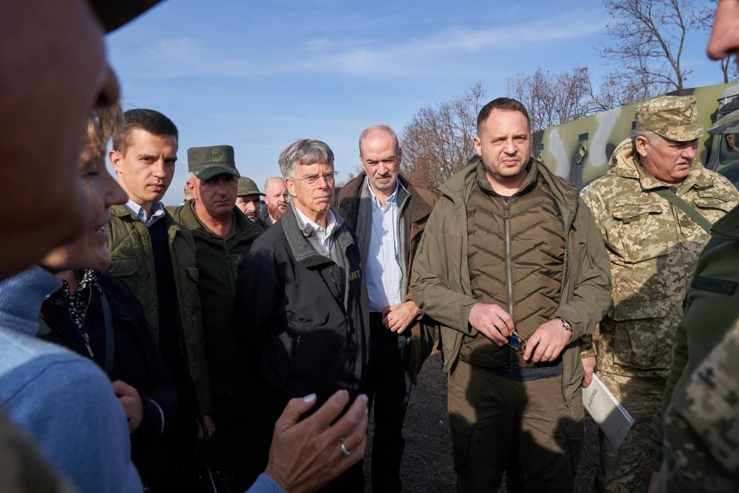 Помічник Президента України Андрій Єрмак і посли іноземних держав відвідали Золоте та Петрівське