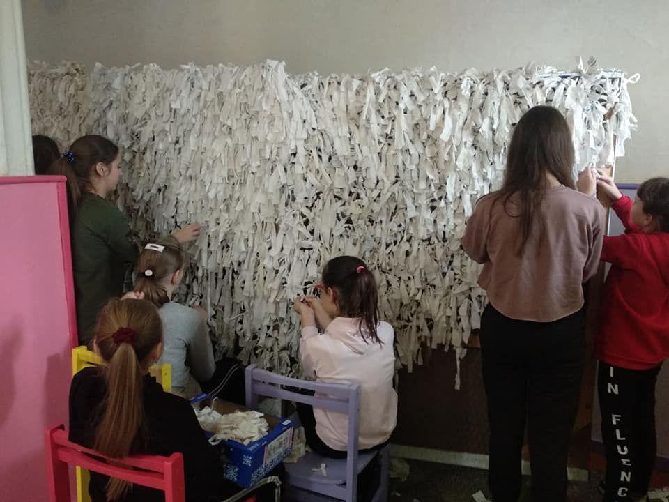 Волинські школярі сплели зимову маскувальну сітку для бійців ООС