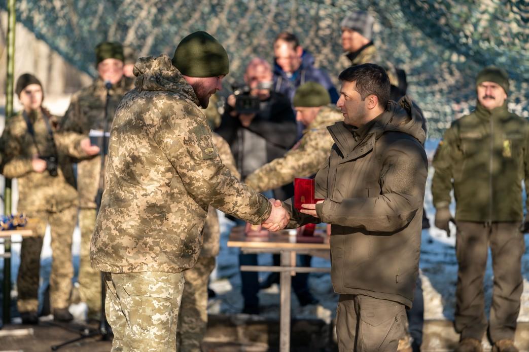 Президент нагородив військовослужбовців в ООС, присвоїв військові звання та почесні найменування військовим частинам