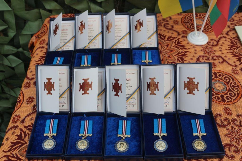 На передовій військові отримали особливі ікони та церковні нагороди