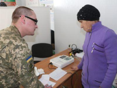 На лінії розведення військові лікарі надають допомогу місцевим мешканцям