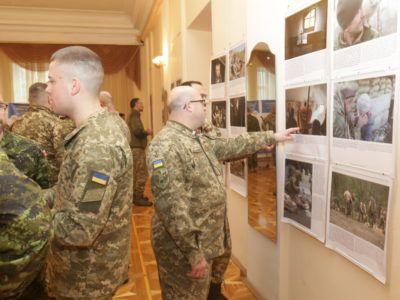 У Києві триває фотовиставка за участю АрміяInform «Одна війна – одна нація – два погляди»