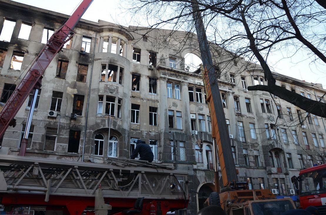 Військові моряки допомагають гасити  масштабну пожежу в Одесі