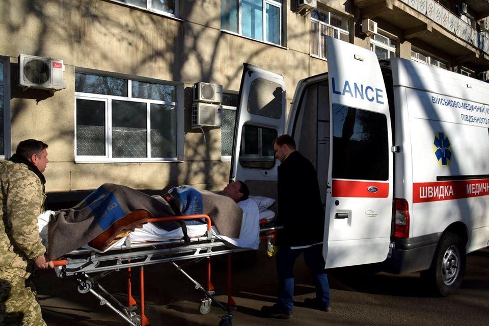 В Одесі військові медики рятують вогнеборців