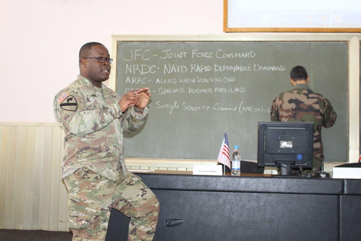 Інструктори НАТО розпочали курс лекцій для українських військових зв'язківців