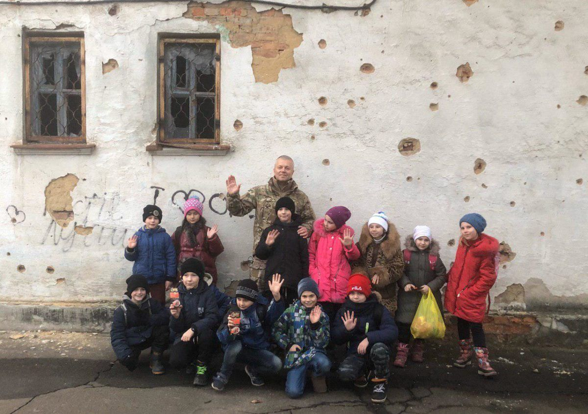Діти Красногорівки зворушливо привітали українських бійців з новорічними святами