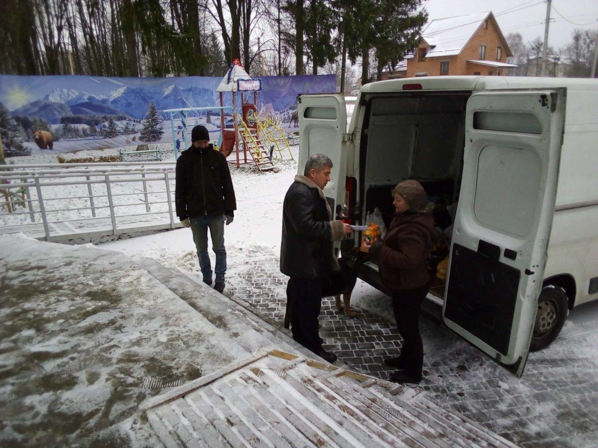 Гостинці з села Якушинці вирушили на передову до наших захисників