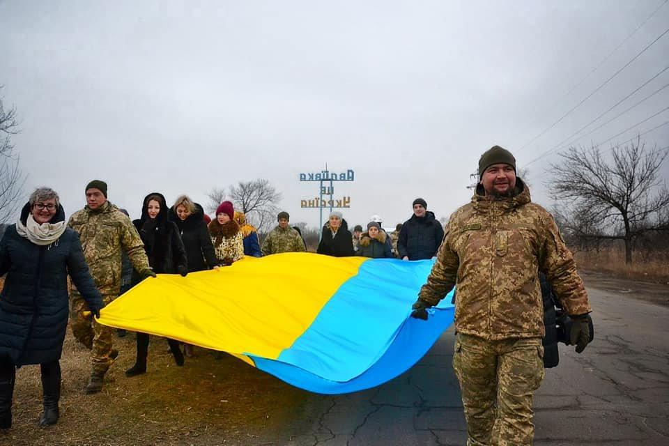 В Авдіївці бійці 92-ї ОМБр підняли на щоглі величезний прапор України