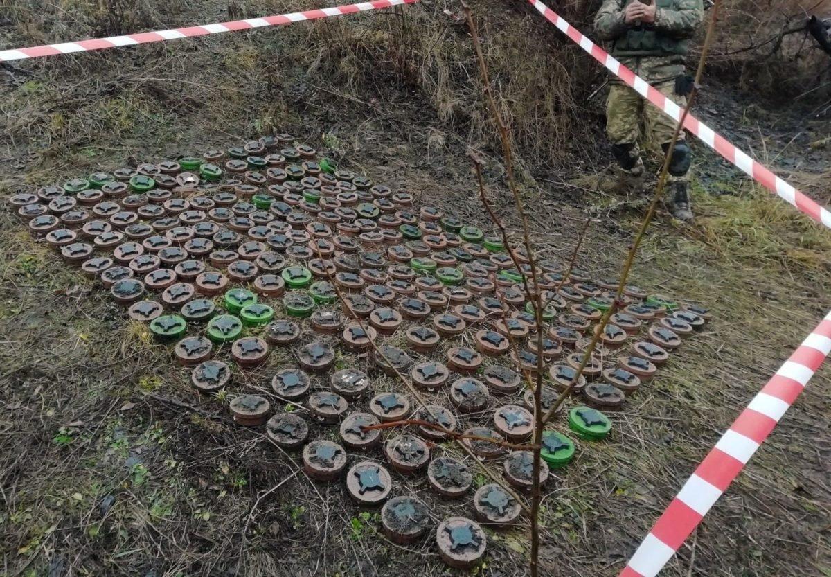 Російські окупанти встановили мінні пастки для комунальників та місцевих біля дороги загального призначення