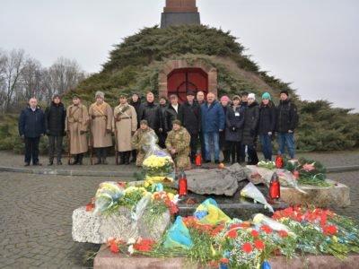 Ушанувати пам'ять Героїв Крут до Чернігова прибули мешканці майже з усієї України