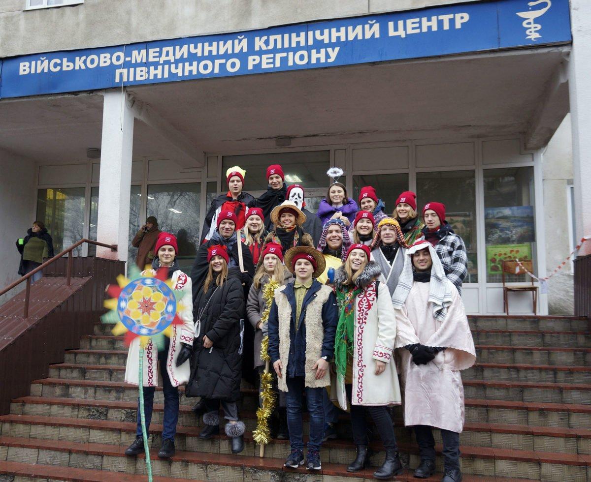 У Харкові бойовий дух пораненим воїнам зміцнили артисти з різних куточків України