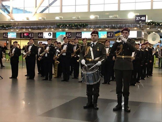 У Міжнародному аеропорту «Бориспіль» й інших містах  цивільні та військові музиканти вшанували героїв-«кіборгів»