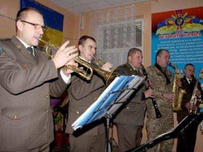 Військові музиканти привітали захисників Маріуполя з Різдвом Христовим
